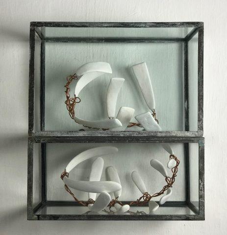 SEM TÍTULO / Ferro, vidro, gesso e cobre </br> <em>UNTITLED / Iron, glass, plaster and copper</em> </br> 68 x 60 x 35 cm </br> 2017